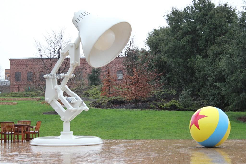Dos de las icónicas creaciones de PIXAR en la entrada de la sede del estudio de animación.